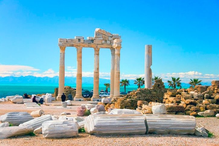 Храм Аполлона в Сиде построен во II веке н. э. в честь бога Аполлона, значительно пострадал при землетрясении X века.