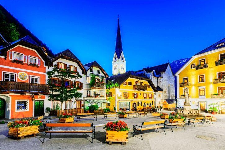 Гальштат, Австрия. Горная деревня в Австрийских Альпах в сумерках.