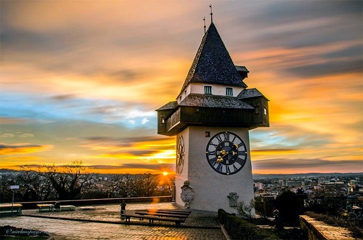 Башня с часами Уртурм в замке Шлосберг на закате