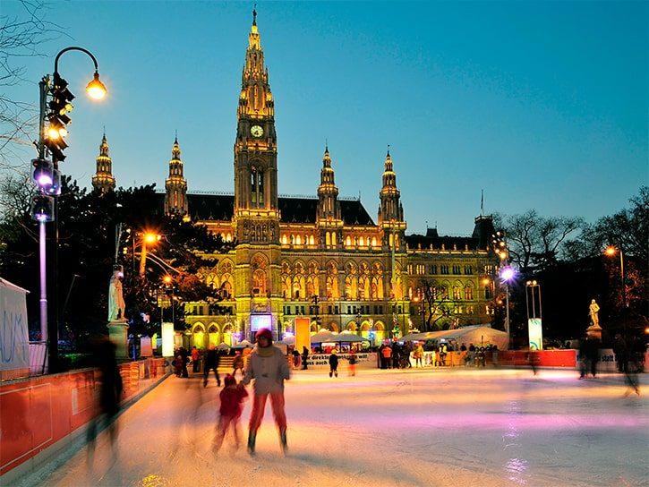 Вена, Австрия, iceskater и Старая ратуша в зимний период